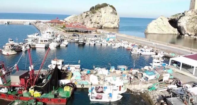 Uzatılan yasak sonrası balıkçı tekneleriyle dolan Şile Limanı havadan görüntülendi