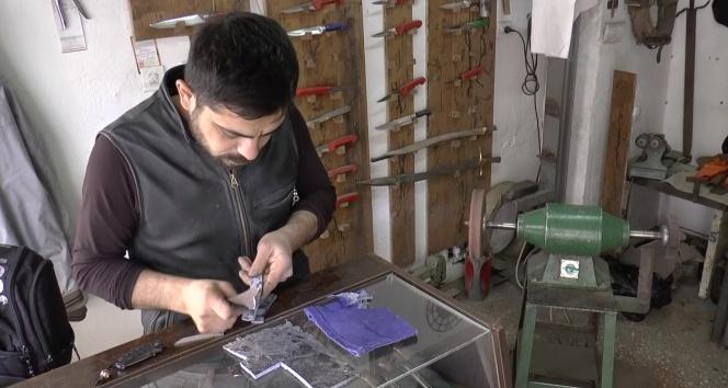 Geri dönüşüme destek için eski kotlardan bıçak sapı yapıyor