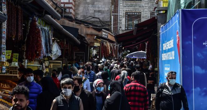 Eminönü'nde kapanma öncesi alışveriş hareketliliği