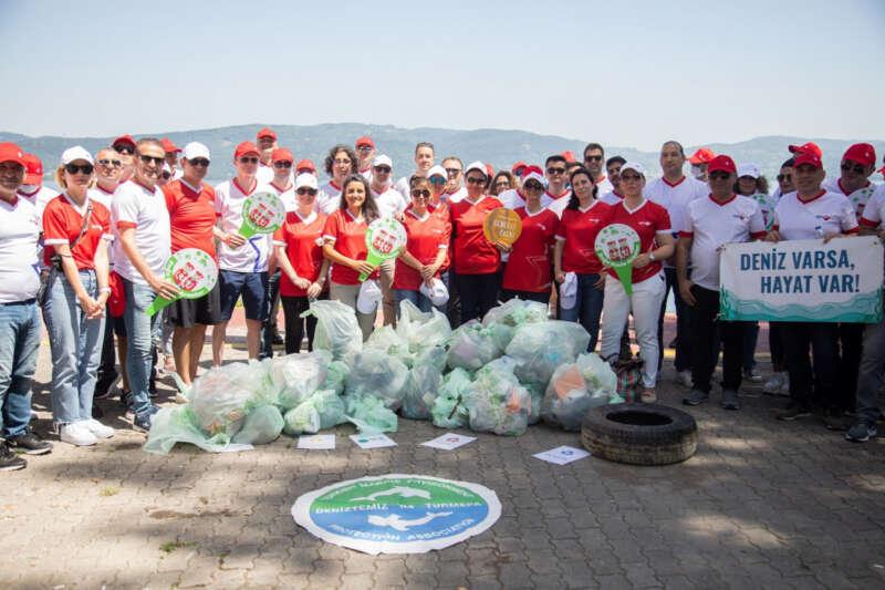 Kargo firması çalışanları Sapanca Gölü kıyılarını temizledi