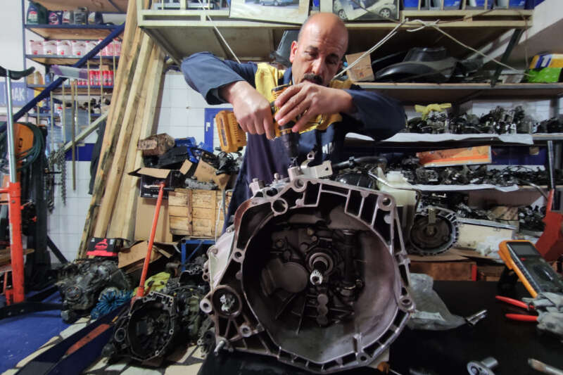 Hurdaya gidecek parçaları tamir edip, araç sahiplerini büyük masraftan kurtarıyor